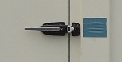 Special locking device for side doors in cool room